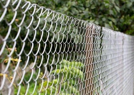 Забор из сетки рабицы вокруг участка в Крыму. Симферопольский район